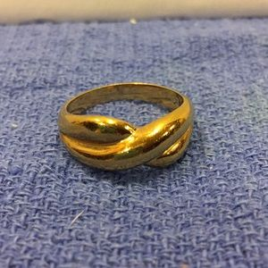 Jewelry - Gold tone cross over ring, size 8